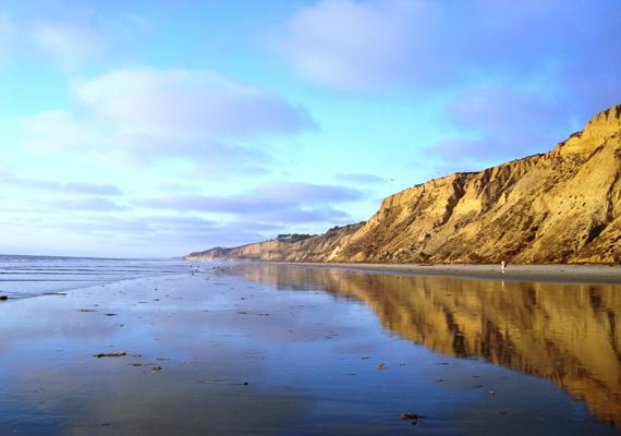 A San Diegó-i Black's Beach hét kilométer hosszan nyúlik végig a tenger mentén. A sziklás tengerpart a nudisták kedvence, ám megközelíteni csak saját felelősségre érdemes.