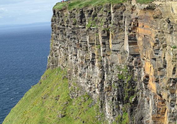 Az írországi Moher-sziklák függőleges falához közel menni szigorúan tilos.