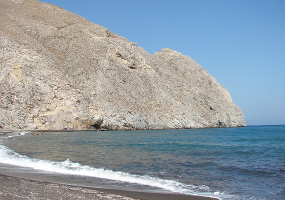 A görög Santorini szigetén nem mindenhol lehet megmártózni a tengerben, hála a sziklás partszakasznak.
