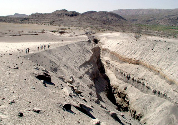 A vulkán tágabb értelemben vett környezete sem unalmas, az Afar-régiót szokás a bolygó egyik leggyorsabban formálódó területeként is emlegetni a kőzetlemezek mozgása miatt. Utóbbinak számos hatalmas törésvonal köszönhető, többek között a képen látható is. Kattints ide, és nézz meg még több fotót!