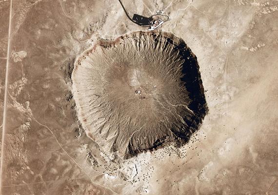 De nemcsak a Földön lejátszódó folyamatoktól lehet tartani: a meteorbecsapódások lehetőségének egyik legismertebb bizonyítéka az amerikai egyesült államokbeli, arizonai Barringer-kráter. Ha ide kattintasz, más híres krátereket is megnézhetsz.