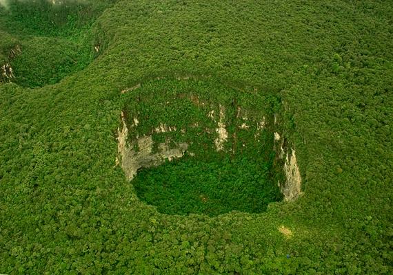 Kevésbé ijesztő, mégis furcsa látványt nyújtanak a venezuelai, 350 méter átmérőjű és 350 méter mély Sarisarinama-lyukak, melyek kialakulásáról máig nem lehet semmit teljes bizonyossággal kijelenteni. Kattints ide, és tudj meg többet a bolygó leghíresebb víznyelőiről!