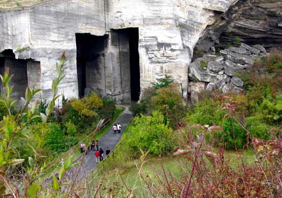 A fertőrákosi kőfejtő egykor bánya volt, mára azonban elsősorban turistalátványosság. Emellett 1970 óta egy barlangszínház is működik benne, mely számos rendezvény, koncert és előadás helyszíne.