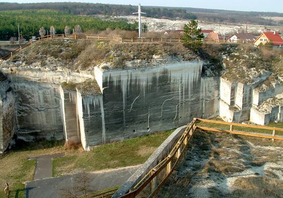 A kőfejtőt évente több mint kétszázezer ember látogatja meg.