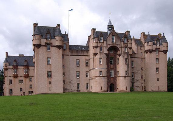 Az épület évszázadokon keresztül volt szemtanúja a történelem alakulásának: véres csatáknak éppúgy, mint békekötéseknek. 1390-től öt nemesi család birtokolta, a legenda szerint pedig mindegyikük épített egy tornyot a várhoz, így nyerte el az végső állapotát.