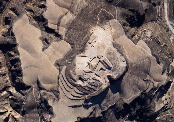 Hasonlóan izgalmas felfedezést tettek kínai régészek a Senhszi tartomány területén lévő Lösz-fennsíkon, mikor is egy több mint háromezer éves, ősi rituális hely maradványaira bukkantak. Az épületnyomok állítólag nagyon hasonlítanak a lhászai Potala-palotához. Ha többet szeretnél tudni, kattints ide!