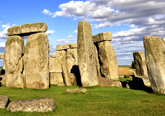 A közelmúlt kutatásai szerint Stonehenge még a korábban sejtettnél is rejtélyesebb hely, környékén ugyanis korábban ismeretlen struktúrák sokaságát fedezték fel, köztük halomsírok tucatjait, kör alakú földsáncokat, kőtömböket, mesterséges gödröket, árkokat, töltéseket, szentélyeket, valamint egy olyan épület maradványait is, ahol a feltételezések szerint a halottakat készítették fel utolsó útjukra. További információkért kattints ide!