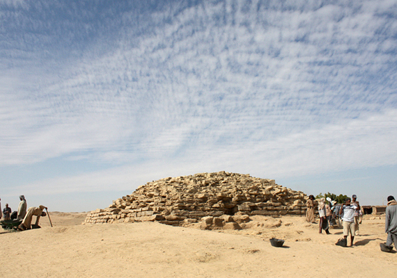 Egyiptom nem véletlenül számít napjainkban is a régészet paradicsomának, déli részén, Tell Edfuban például egy, a gízai Nagy Piramisnál is néhány száz évvel idősebb, mintegy 4600 éves lépcsős piramist találtak amerikai régészek. További információkért kattints ide!