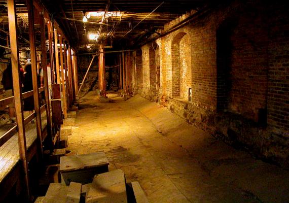 A portlandi föld alatti várost Shanghai Tunnelsnek, vagyis Shanghai-alagutaknak is nevezik, utalva ezzel a kínai bevándorlókra, akik használták, illetve arra, hogy a város kínai negyedéhez is köze volt.