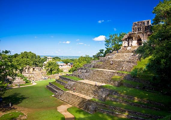 A mexikói Palenque városát 1840-ben fedezték fel. A furcsa piramisszerűségeket a földönkívüliek számlájára írják, hála egy itt található domborműnek, ami vélhetően egy űrhajóst ábrázol.