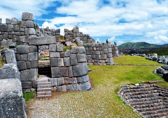 Sacsayhuaman 1983 óta a Világörökség részét képezi, azonban még mindig találgatások tárgya, hogy minként tudták az inkák felépíteni. A démonok és óriások feltételezése mellett a földönkívüliek is felmerültek lehetséges építészként.