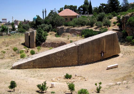 Sokan a világ legnagyobb kirakójának is nevezett libanoni Baalbek köveit is túl hatalmasnak tartják ahhoz, hogy egymáshoz illesztésük tekintetében emberi erőt feltételezzenek, szállításuk módja máig ismeretlen.