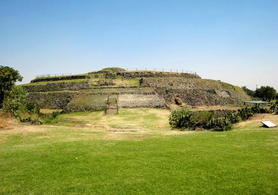 A Mexikóban, pontosabban a Mexikói-völgyben található Cuicuilco nagy részét ma is megkövesedett vulkáni láva borítja, amely alatt azonban olyan piramist találtak, aminek kapcsán nem tudnak egyértelmű magyarázattal szolgálni a tudósok. A piramis ugyanis feltételezések szerint viszonylag modern, és csak körülbelül kétezer éves lehet, a vulkánkitörés azonban nyolcezer évvel ezelőtt történhetett, amikor hasonló épület elméletben nem is létezhetett. További információért kattints ide!