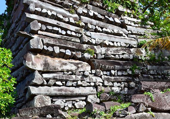 Mikronézia romvárosa, a Csendes-óceán Velencéjének nevezett Nan Madol építőköveinek jelentős részéről szintén elmondható, hogy súlyuk miatt emberfeletti erő kellett volna szállításukhoz, megmozgatásukhoz. Nem véletlen, hogy esetében is varázslókról, fekete mágiáról, letűnt civilizációról, nem utolsósorban pedig igenekről szólnak az összeesküvés-elméletek. Még több képért kattints ide!