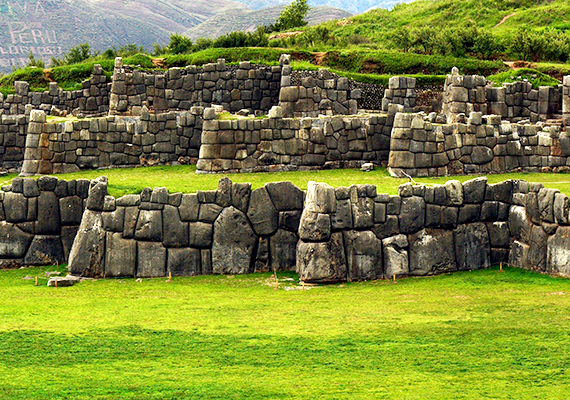 A perui Cuzco közelében található Sacsayhuamánról többféle legenda is elterjedt, némelyik arról szól, óriások építették a titokzatos falrendszert, míg mások szerint démonok. Az ősi idegenekhez fűződő elméletekben jártas népszerű író, Erich von Däniken szerint a földönkívüliekhez is köze lehet, létrehozásához ugyanis olyan erőre lehetett szükség, amelyhez hasonlóval az egykori emberek nem rendelkezhettek. Ha többet szeretnél tudni, kattints ide!