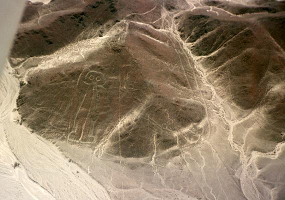 A Peruban található Nazca-sivatag különös alakzatai régóta foglalkoztatják a tudósokat és a közvéleményt. A Nazca-vonalakat övező rejtélyek miatt sokan emlegetik azt is, hogy a földönkívüliekhez is közük lehet, számukra jelentve különféle jelöléseket. A képen a híres asztronauta-alakzat látható.