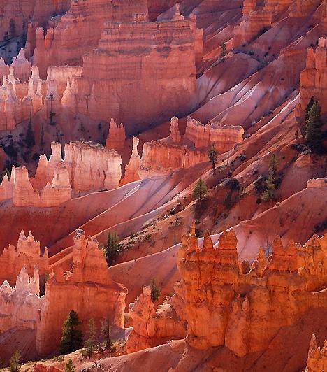 Bryce-kanyon, Egyesült ÁllamokAz Utah állambeli Bryce-kanyon éjszakai égboltja és egyedülálló naplementéje mellett 37 mérföldön átívelő, fenséges, ugyanakkor kecses, csipkézett sziklaformációkkal tarkított látképéről híres. A sajátos természeti képződmény a szél és a víz évmilliós munkájának köszönhető.