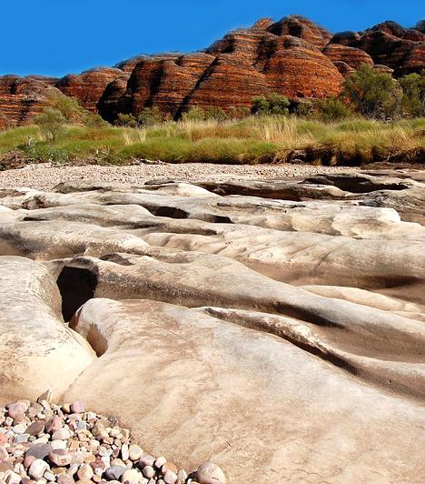 Bungle Bungles, AusztráliaA Bungle Bungles egy hatalmas, masszív kiemelkedés a nyugat-ausztráliai sivatagban, vörös, fodrozódó sziklák végtelennek tűnő sorával, melyek többek között vörös-fekete tigriscsíkjaikkal keltenek különös benyomást az utazóban. A Világörökség részét képező vidék gazdag szurdokokban, barlangokban, oázisokban, valamint őslakosoktól származó sziklarajzokban.