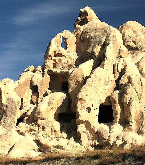 Kappadókia, TörökországLátogasd meg a Törökország középső részén fekvő tájat, és hinni fogsz a tündérekben. Kappadókia Hold-béli vidéke ad ugyanis otthont a híres tündérkéményeknek, melyek számtalan, változatos bazalttornyát vulkáni hamu alakította. A sziklákba ősi civilizációk vájtak lakóhelyeket.