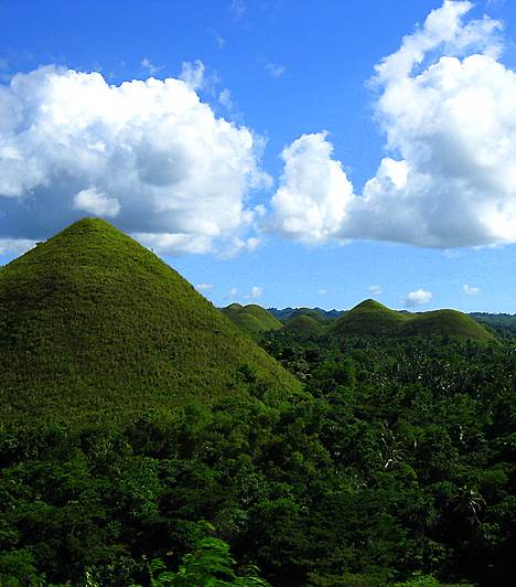 Csokoládé-dombok, Fülöp-szigetekA több mint 1200 szinte azonos domb láttán sokan úgy vélik, nem is emberkéz hozta létre e sajátos vidéket. A kúp formájú dombok nevüket annak köszönhetik, hogy a száraz évszak az őket borító dús, zöldellő füvet csokoládébarnává változtatja.