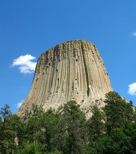 Ördögtorony, Egyesült Államok  Az amerikai csoda nemcsak arról híres, hogy elsőként avatták az ország nemzeti emlékművévé, de Spielberg Harmadik típusú találkozások című filmjéből is ismerős lehet. A különleges természeti képződmény a geológusok szerint egy ősi vulkán magja, melyet a torony alja körül kanyargó Belle Fourche-folyó alakított az idők során.  Kapcsolódó cikk: Az UFO-k leszállóhelye volt »