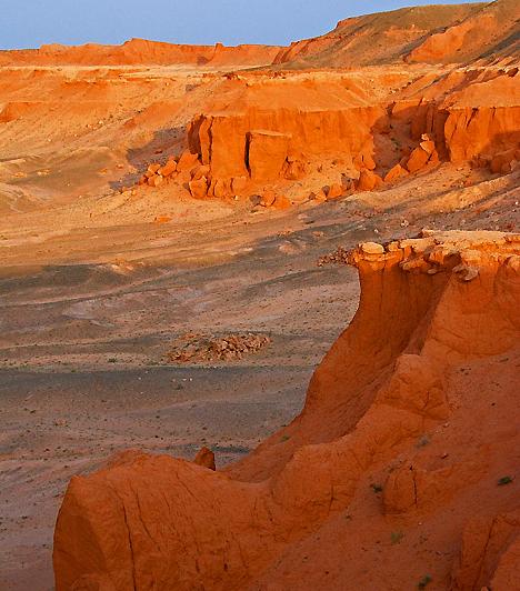 Flaming Cliffs, MongóliaA Góbi-sivatag ezen forró és terméketlen vidékét, valamint a különleges formájú, narancssárga sziklák mentén elterülő tájat dinoszaurusz-völgynek is szokás nevezni. 1920-ban számos, az őshüllőktől származó tojást találtak meg itt, emellett nem mindennapi látványa miatt sem nehéz ezt a fajta élővilágot ide elképzelni.