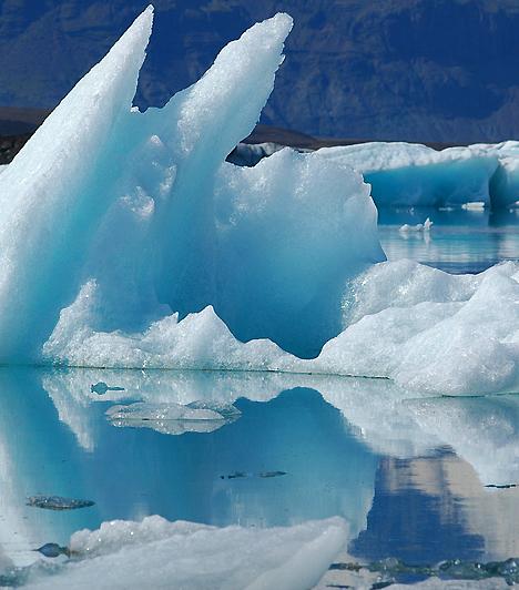 Jokulsarlon, IzlandAz Európa legnagyobb gleccsere és a tenger között elhelyezkedő lagúna olyan különös formációknak ad otthont, melyek úgy tűnnek a szemlélő számára, mintha maguk a hullámok dermedtek volna jéggé, majd csiszolódtak volna simává és csillogóvá az évek múlásával. A gleccser leszakadó részei miatt az új jéghegyek létrejötte is folyamatosan zajlik.