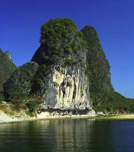 A Li-folyó völgye, KínaA kínai művészek előszeretettel ábrázolják a Li-folyót e szakaszon végigkísérő, vízesésekkel büszkélkedő, hatalmas, cukorsüvegszerű karszttornyokat. A Kína, egyúttal pedig a világ egyik legkülönlegesebb és legsejtelmesebb tájaként emlegetett völgyet érdemes hajóval bejárni.