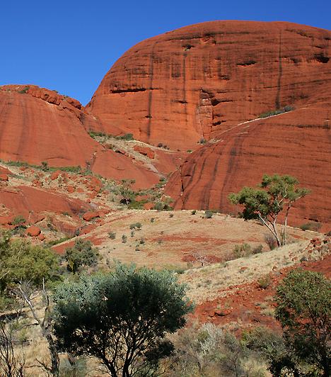 Olgas, AusztráliaAz ausztrál őslakosok szerint csak Sok Fejnek nevezett három tucat vörös szikladóm a népszerű kőóriás, az Ayers Rock közelében található, ám azzal ellentétben az utazó itt a formáció belsejébe, például a Szelek Völgyébe is eljuthat. A hely földöntúli látványához a napszakonként intenzíven változó színek is hozzájárulnak.