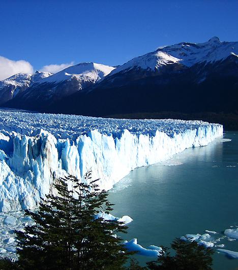 Perito Moreno, ArgentínaA chilei határ mellett elterülő, illetve az UNESCO Világörökségnek mintegy harminc éve részét képező hatalmas gleccser félelmetes, a természet erejét kinyilvánító látványa mellett folyamatos, ciklikus mozgásáról híres, melynek köszönhetően folyamatosan lélegzetelállító jégformációkat hoz létre.