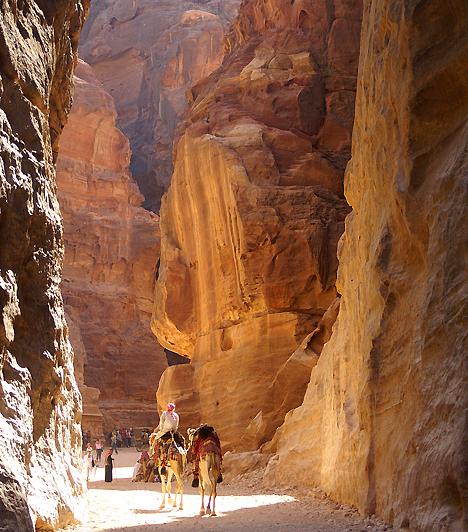 Petra, Jordánia  Petra sziklái olyan benyomást keltenek az utazóban, mintha a táj égne, azonban anélkül, hogy valóban elégne. A vörös falak a híres kőbe vájt, 2500 éves város mellett olyan gyönyörűségeket is tartogatnak, mint a hatszáz láb magas szűk szurdok, valamint a különleges, csepegő vagy épp szétrepedő hatást keltő sziklaformációk.  Kapcsolódó cikk: Káprázatos fotókon a vörösen izzó város »