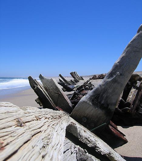Csontváz-part, NamíbiaVan egy sivatag Namíbiában, melyet az őslakosok szerint az istenek igen nagy haragjukban teremtettek, a hely ugyanis egyike a világ legszárazabb területeinek. Nevét a partra vetett bálnacsontvázakról kapta, valamint arról a több mint ezer hajóroncsról, mely egykor a köd és a hatalmas hullámok miatt feneklett itt meg.
