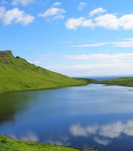 Nyugati-Felföld, Skócia A misztikus tavakkal és zöld fűvel gazdagon borított táj nemcsak a skót mondák és legendák miatt tartozik a világ legföldöntúlibb tájai közé. A sokszor szeles, csendes fennsíkot gyakran borítják felhők, melyek közül az elő-előbukkanó nap teremt még inkább olyan érzetet, mintha egész más világban járna az idelátogató.