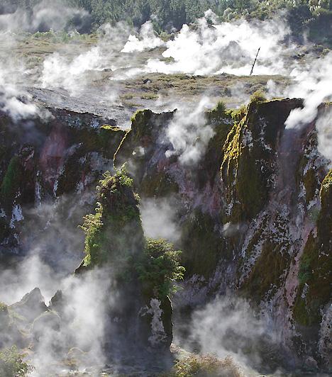 Taupo, Új-ZélandTaupo Hold-béli tájai Mordor földjére kalauzolják az utazót, azonban annak fekete földjeinél a táj valójában jóval színesebb. A vízesésekben és gőzkitörésekben gazdag, igen aktív vulkanikus zóna türkiz folyókat és mentazöld tavakat egyaránt magában rejt.Kapcsolódó cikk:5 mesés nemzeti park »