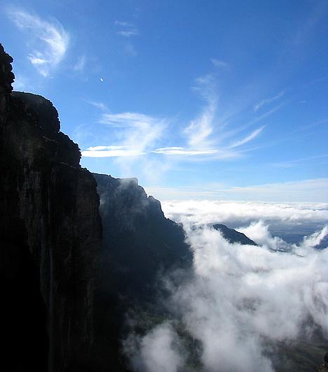 Tepui-hegység, VenezuelaA dzsungelből kiemelkedő, messziről hatalmas kőtábláknak tűnő hegyek megközelítése sajátos formájuknak köszönhetően igen nehéz, ám messziről is érdemes megcsodálni őket. Nem véletlen, hogy Sir Arthur Conan Doyle-t - Elveszett világ - is megihlették.