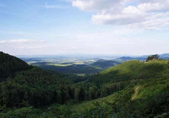 A csodaszép Mátrát nem véletlenül emlegetik elbillent hegyként is, kialakulása során ugyanis, mintegy 13 millió évvel ezelőtt a teljes hegység kibillent déli irányban egy, a tőle délre található árok besüllyedése miatt.