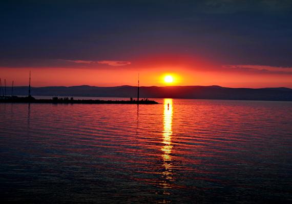 A balatoni naplementék köztudottan kivételesek, ez a fotó azonban egészen elképesztő.