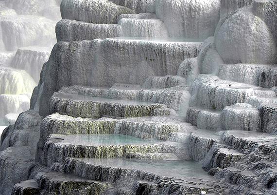 Csak néhány helyen található a világon olyan képződmény, mellyel Egerszalók büszkélkedhet. A látványos sódomb a tetején feltörő vízből kicsapódó mésznek köszönheti létét, mely által a lerakódás évről évre növekvő mértékben borítja be a domboldalt. Ha többet szeretnél megtudni a képződményről, kattints ide!