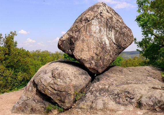 A Velencei-hegység területén található pákozdi ingókövek első látásra meghökkentőek lehetnek, hiszen nevüket sem véletlenül kapták. A furcsa képződmények annak köszönhetőek, hogy a kövek kemény anyaga ellenállt az eróziónak, a sziklák közötti üledék azonban szép lassan eltűnt. A képen a Kocka-kő látható, de még több fotót nézhetsz meg, ha ide kattintasz!
