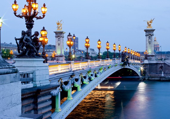A legtöbb faragatlan ember a Skyscanner nevű utazási keresőportál szerint Franciaországban él. A listát 2012 tavaszán állították össze, még a CNN is foglalkozott vele, ahogyan mi is. Ide kattintva elolvashatod a teljes cikket. A képen a párizsi III. Sándor híd látható.