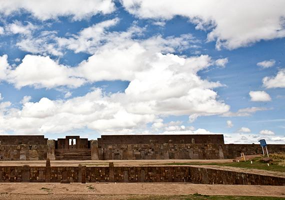 A preinka kultúra egyik fellegvárának számító, virágkorát 400 és 900 között élő bolíviai Tiahuanaco piramisáról még nem lehet sokat tudni, a mellette megjelenő anomáliákról azonban azt feltételezik a kutatók, hogy monolitok, vagyis nagyméretű, egyetlen tömbből álló épületelemek, oszlopok lehetnek. A bolíviai kormány az elkövetkező öt évben komoly előrelépésre számít a feltárás során. A képen Tiahuanaco részlete látható.