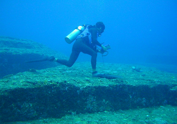 Nemcsak a föld alatt, a víz mélyén is találtak már piramist, legalábbis sokan annak nevezik a Japánhoz tartozó Yonaguni-sziget partjainál fellelt titokzatos, piramishoz hasonló, lépcsőzetes építmények némelyikét. A lelet napjaink régészetének egyik legvitatottabb kérdését jelenti, máig nem zárultak le a viták azzal kapcsolatban, egyáltalán mesterséges vagy természetes képződményről van-e szó.
