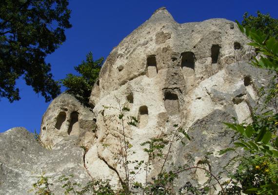 A bükki kaptárkövek süvegei, melyek mérete akár a 15 métert is elérheti, a természet munkáját dicsérik, létüket annak köszönhetik, hogy a keményebb kőzetekre rakódott puha tufát idővel az esős éghajlat erodálta. További különlegességük, hogy őseink ablakszerű mélyedéseket vágtak falaikba - máig sem sikerült tisztázni, pontosan miért.