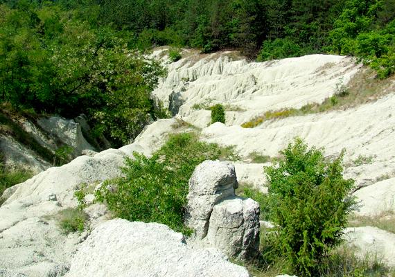 A kazári, felszínen megjelent riolittufa is egyedülálló geológiai jelenség, hasonlót Európában csak Törökországban, Kappadókiában látni.