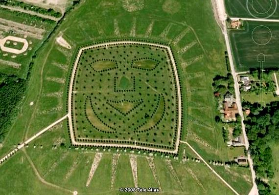 A Dániai Odense-ben található arc nem a természet műve: Hans Christian Andersen tiszteletére hozták létre.