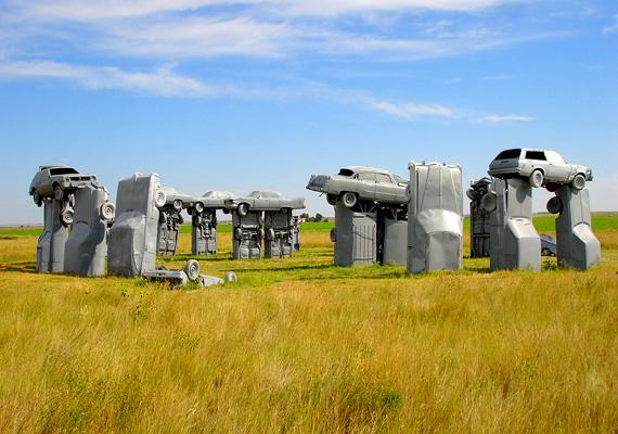 A nebraskai Carhenge az angliai Stonehenge mintájára készült klasszikus amerikai autókból. 2006-ban nyílt látogatóközpont a helyszínen.