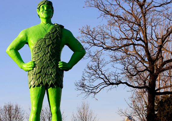 A Jolly Green Giant nevű alak egy fagyasztott zöldségeket és konzerveket forgalmazó cég figurája, melynek a minnesotai Blue Earth-ben 17 méter magas szobrot is állítottak. Imádják a turisták.