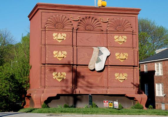 A világ legnagyobb öltözködőszekrénye az észak-karolinai High Pointban található, és azt jelképezi, hogy a világ bútorgyártásának fővárosába érkezett az utazó.