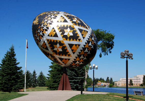 Bár Kanadában található, és célja is nemesnek mondható, a vegreville-i húsvéti tojás igencsak furcsa látványt nyújt. Az ukrán kultúrát népszerűsítő látnivalóra minden évben turisták ezrei kíváncsiak.