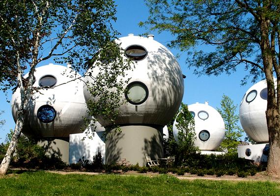 A sokak szerint UFO-ra és focilabdára hasonlító épületeket Hertogenbosch-ban, Hollandiában húzták fel, egy futurisztikus pályázat keretében.